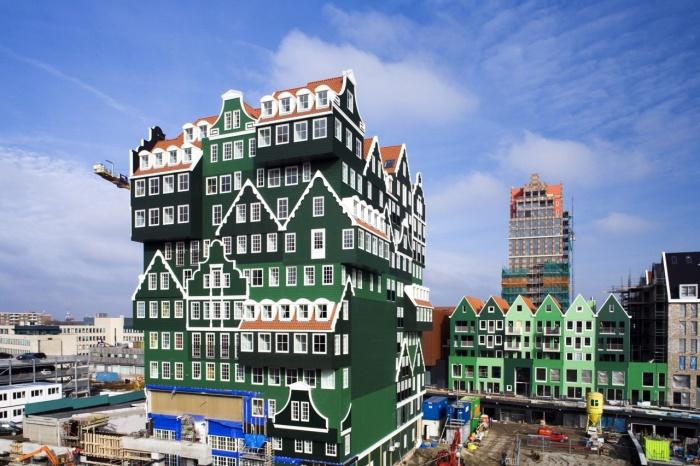 Помимо яркой расцветки и отделки, здание создаёт странное впечатление из-за формы конструкции, похожей на целую груду домов.