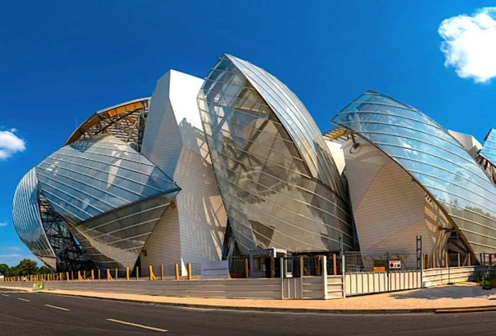 В этом футуристическом здании расположился музей современного искусства Фонда Louis Vuitton.