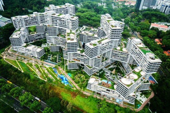 На возвышенном живописном месте, расположенном среди зелёных южных хребтов Сингапура, появился новый жилой комплекс The Interlace, который разработало архитектурное бюро OMA.
