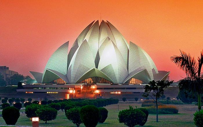 Огромное здание из белоснежного пентелийского мрамора в форме распускающегося цветка лотоса – одна из наиболее популярных среди туристов достопримечательностей Дели.