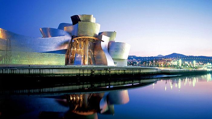 Музей Гуггенхайма – настоящая архитектурная достопримечательность, образец дерзкой конфигурации и инновационного дизайна, обеспечивающий соблазнительный фон для произведений искусства, находящихся в нём.