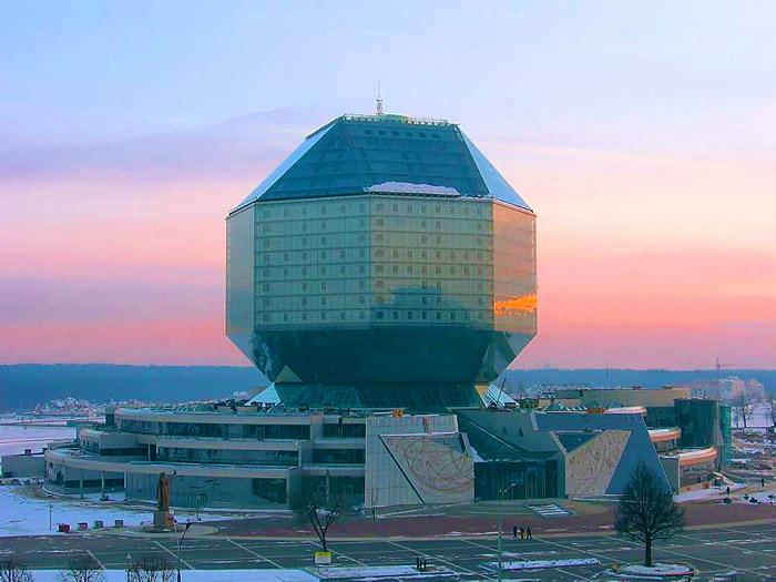 Национальная библиотека Беларуси – уникальный архитектурно-строительный и программно-технический комплекс, построенный в соответствии с новейшими научно-техническими разработками.