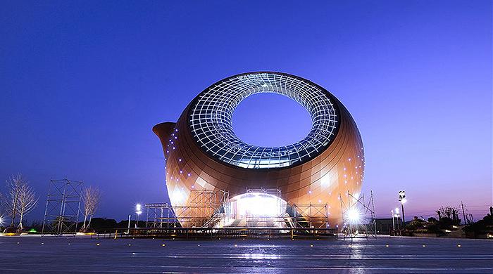 Выбор такой формы не случаен: глиняные чайники считаются символами Поднебесной еще с XV века. Они до сих пор производятся в провинции Цзянсу, где расположен Wuxi Wanda Exhibition Center.