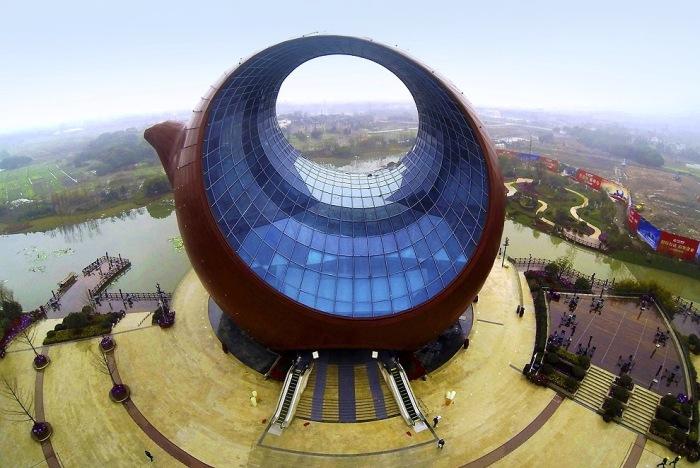 Это здание уже официально попало в Книгу рекордов Гиннесса, как самый высокий чайник в мире.