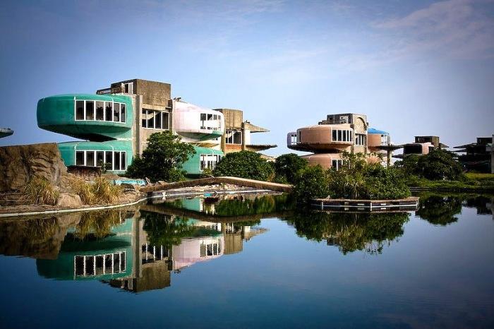 Странный и удивительный городок Санджи на Тайване – заброшенный курортный комплекс. Дома в нём по форме напоминали летающую тарелку, поэтому их прозвали дома-НЛО.