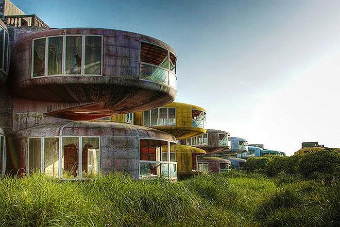 Дизайн разработал архитектор из Финляндии Матти Сууронен. Но в 1980 году строительство было остановлено. В результате посёлок был заброшен и вскоре стал называться городом-призраком.