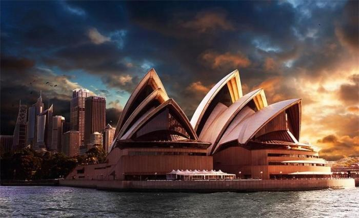 Оперный театр в Сиднее является одним из самых известных зданий ХХ века и, безусловно, самым популярным архитектурным сооружением Австралии в стиле экспрессионизм.