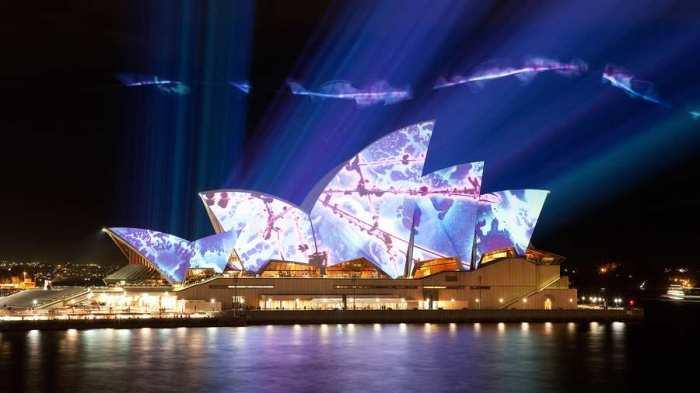 Сиднейская опера является одним из самых известных и узнаваемых сооружений Австралии, а так же одной из главных достопримечательностей континента — парусообразные оболочки, образующие крышу, делают это здание непохожим ни на одно другое в мире.