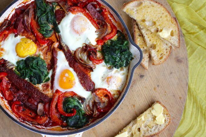 Болгарский перец с яйцом, запечённый в духовке. \ Фото: bestrecipes.com.au.