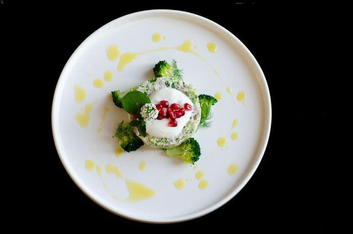 Тартар из брокколи и козьего сыра. \ Фото: pinterest.de.