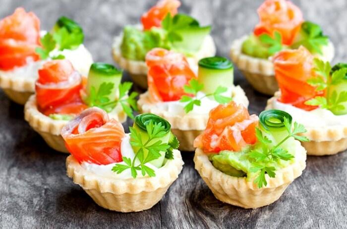 Тарталетки с лососем и авокадо. \ Фото: foodman.club.