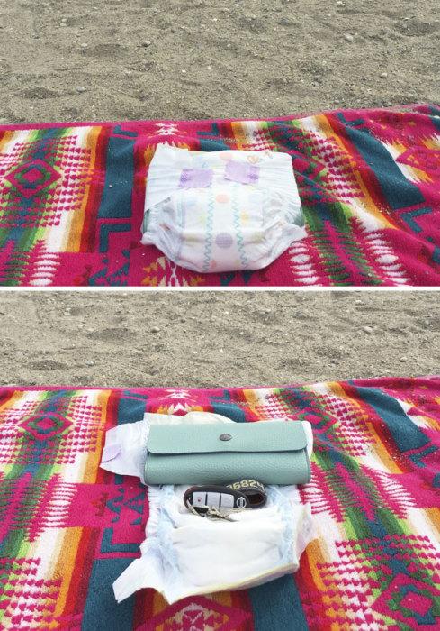 Несмотря на то, что это отличная идея для отдыха на пляже, тем не менее, подобный трюк можно провернуть и дома с хранением всего ценного.