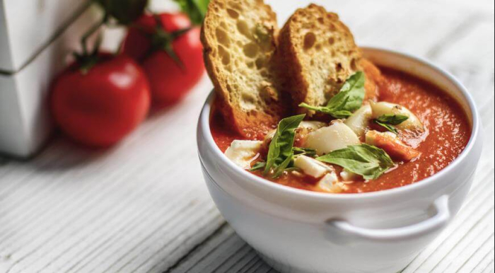 Томатный суп с гренками. \ Фото: vkusnoe-da.ru.
