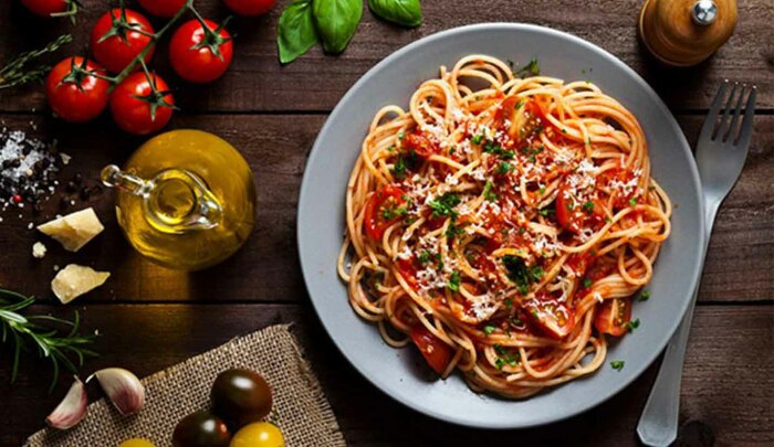 Спагетти с томатами и креветками. \ Фото: zoodex.ir.