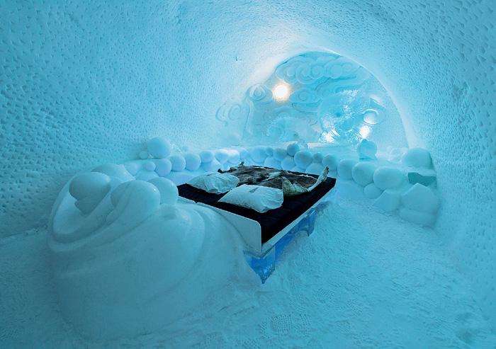 Этому арт-проекту из снега и льда уже 25 лет. Каждую зиму помещения отеля отстраиваются по-новому. Материалом служит замороженная вода уникальной реки Турне-Эльв.