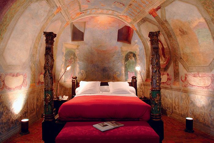 Исторический памятник, который многие во Франции считают шедевром романской архитектуры, на девятом веку своего существования был превращен в роскошный отель.