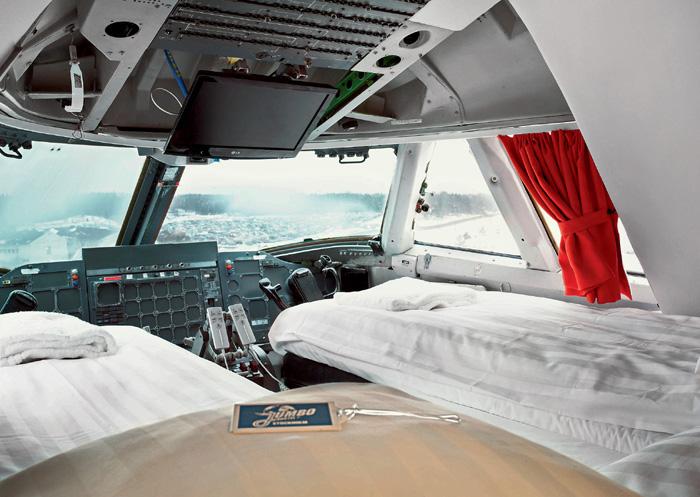 Боинг 747–212B (Jumbo Jet), принадлежавший обанкротившейся в 2002 году шведской компании, в 2008-м переделали в хостел и поставили у въезда в стокгольмский аэропорт Арланда.