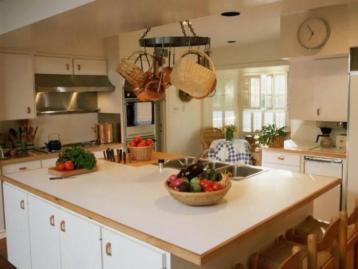 Обязательно стоит учесть, что загроможденная кухня не будет уютной. Поэтому стоит отказаться от большого количества различной бытовой техники.