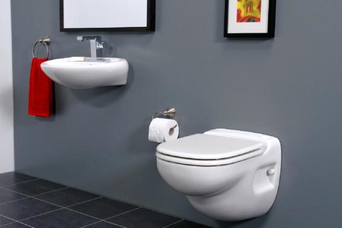 Она визуально красива, экономит пространство, не требует крепежа к стене и в целом довольно универсальна для ванной комнаты.