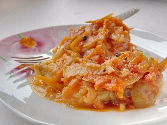 Жареный минтай в овощном соусе. \ Фото: botanichka.ru.