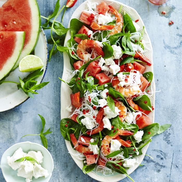 Салат с арбузом и креветками. \ Фото: weightwatchers.com.