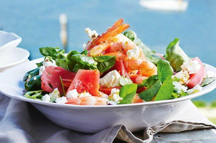 Арбузный салат с добавлением креветок. \ Фото: my.whisk.com.