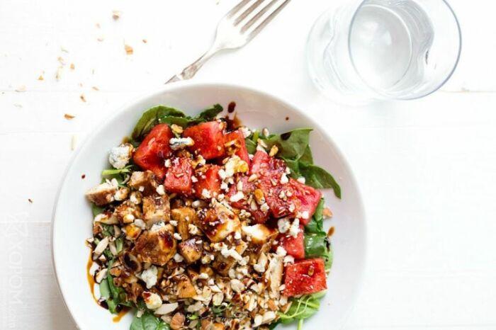 Салат с курицей и арбузом. \ Фото: reportermaceio.com.br.