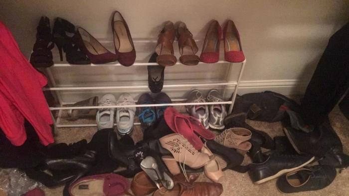 Избавляйтесь от старой обуви. \ Фото: buzzfeed.com.