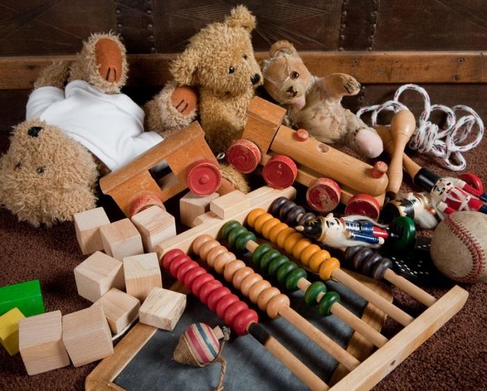 Рассортируйте детские вещи и игрушки. \ Фото: news.myseldon.com.