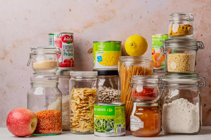 Избавляйтесь от просроченных круп, специй и прочих продуктов. \ Фото: google.com.ua.