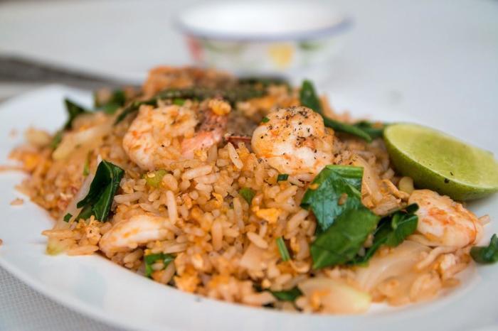 Бурый рис с креветками. \ Фото: 1000.menu.