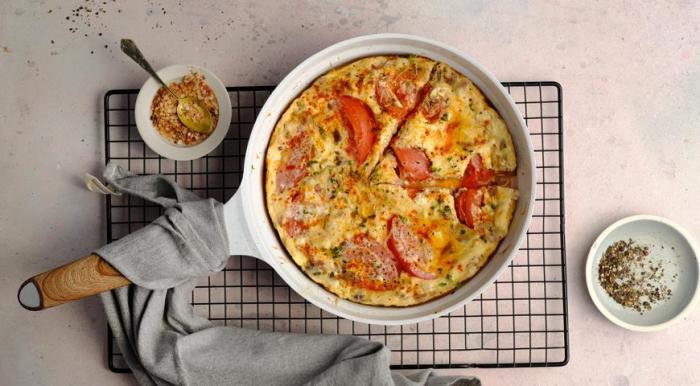 Омлет с помидорами. \ Фото: gastronom.ru.