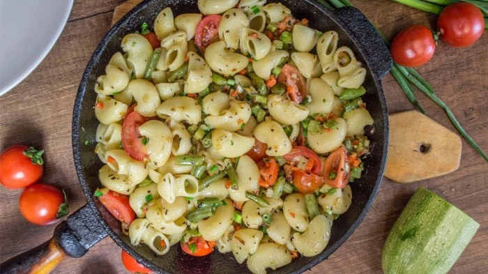 Макароны с овощами. \ Фото: youtube.com.