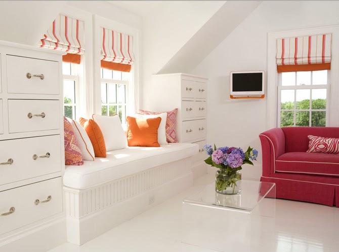 Светлые тона и компактная мебель возле окна - идеальный вариант для места для отдыха.