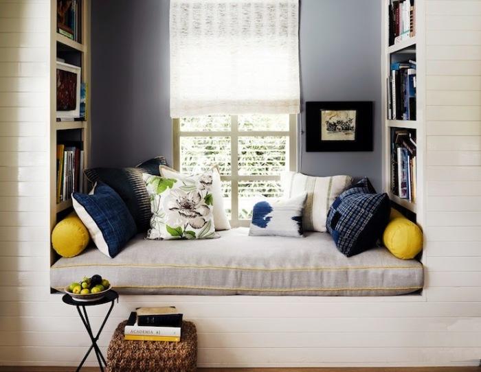 Небольшой мягкий диванчик и пара подушек.