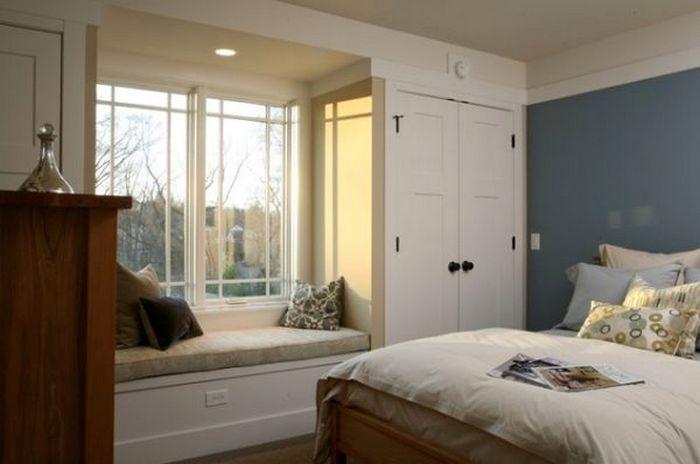 Мягкая скамья создаст романтическое настроение в спальне.