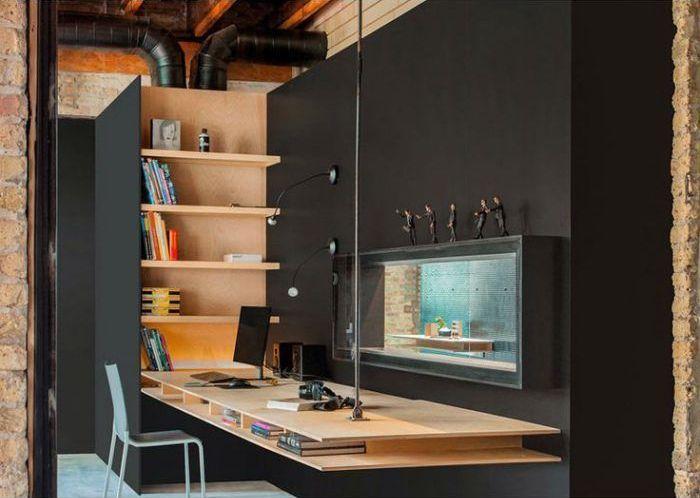 Креативный дизайн современной рабочей зоны с тёмными стенами и стильной мебелью из натурального дерева.