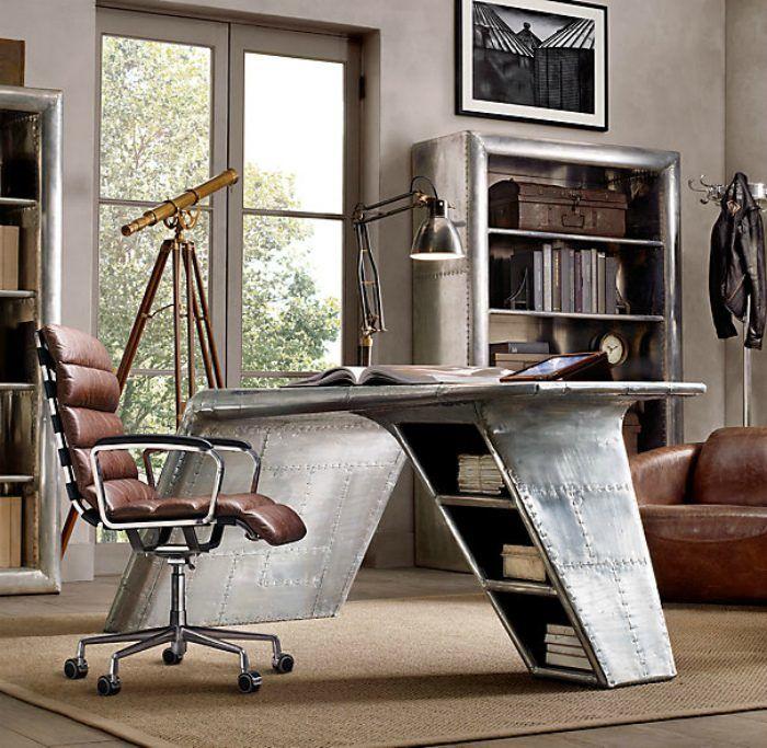Атмосферный интерьер чисто мужского домашнего офиса с уникальным дизайнерским столом.