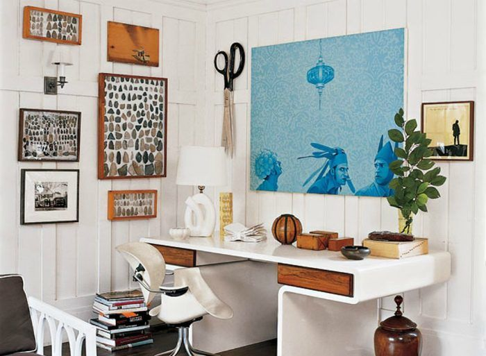 Модерн: Светлый рабочий уголок с необычным письменным столом и огромным количеством уникального декора.