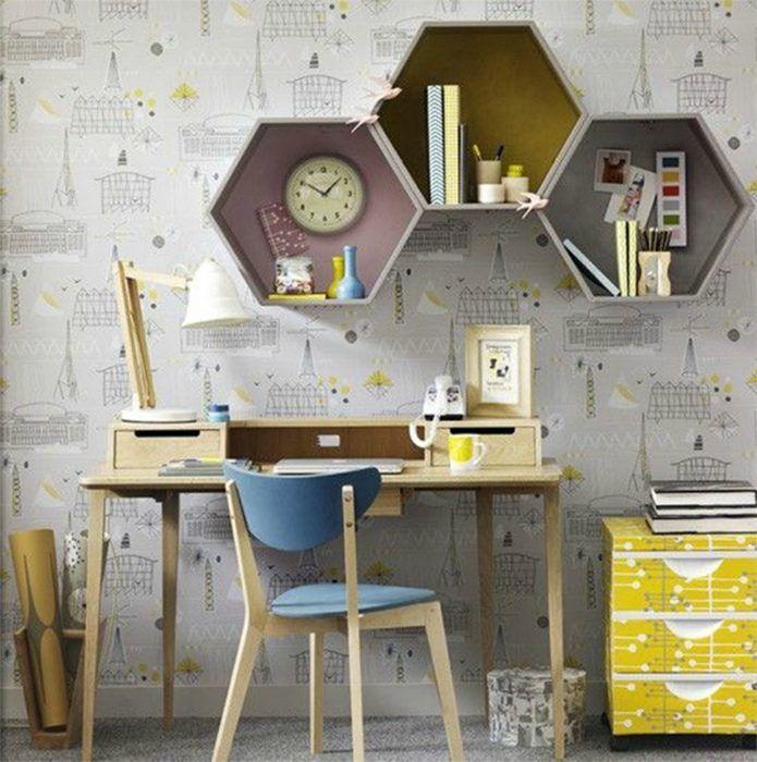 Необычная рабочая зона в серых тонах с лаконичным письменным столом.