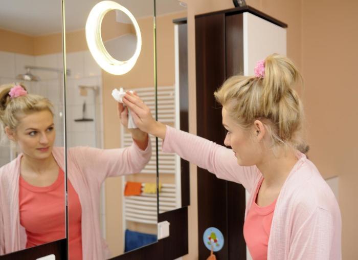 Моем зеркала. \ Фото: homester.com.ua.