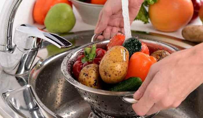 Моем овощи и фрукты. \ Фото: fishing-caravan.ru.