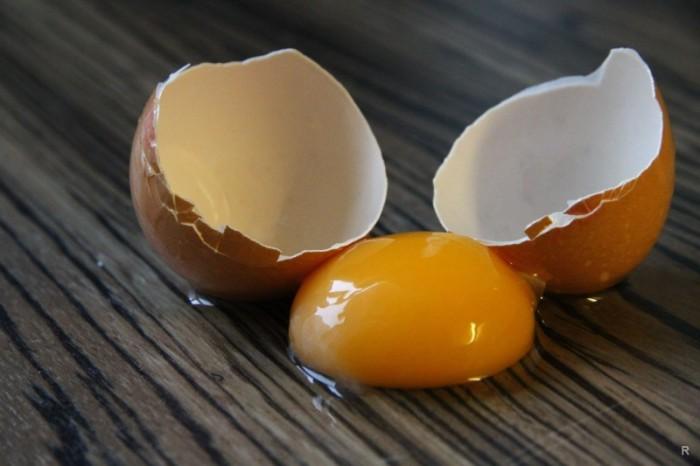 Не пытаемся убрать при помощи уксуса разбившееся яйцо. \ Фото: news.myseldon.com.