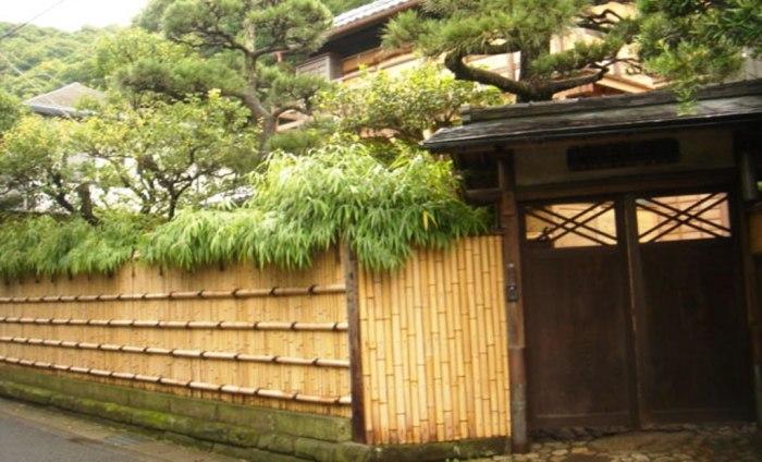 Очень симпатичный и практичный забор, который выдержит любые перепады температуру и прослужит долгое время.