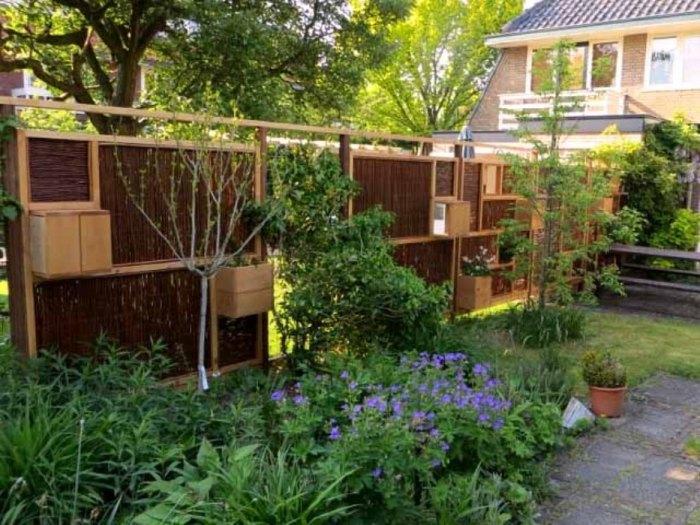 Стильный и симпатичный забор с ящиками для цветов - мечта каждого современного дачника.