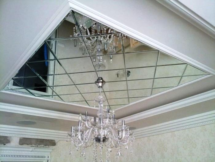 Потолок, выложенный зеркальной плиткой, визуально приподнимается, увеличивая высоту помещения.