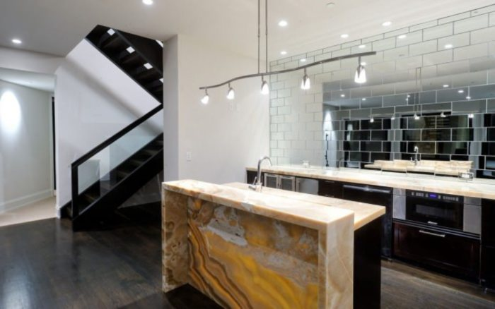 Панно из зеркальной плитки или мозаики весьма уместны в интерьере кухни.