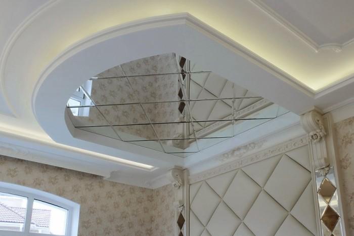 Однако одновременно это рождает эффект «перевернутости» помещения. Поэтому обычно зеркальная поверхность занимает его только частично.