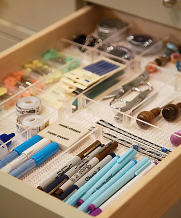Отсеки в выдвижном ящике для хранения канцелярских принадлежностей.