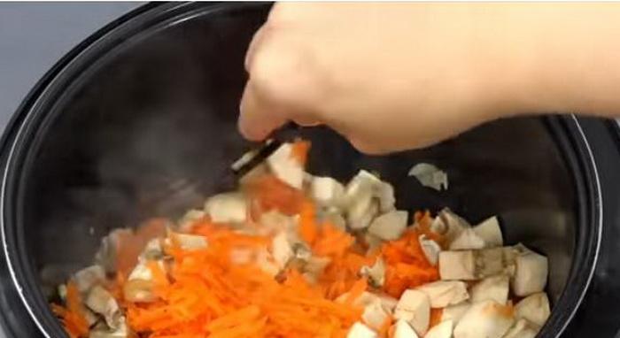 Овощи нужно обжарить в мультиварке вместе с шампиньонами.